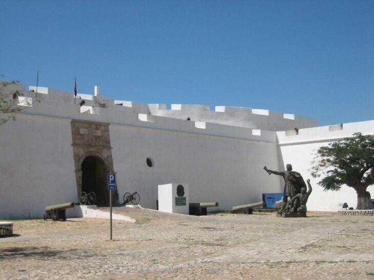 A Fortaleza de São Miguel, em Luanda. Imagem: Wikimedia Commons.
