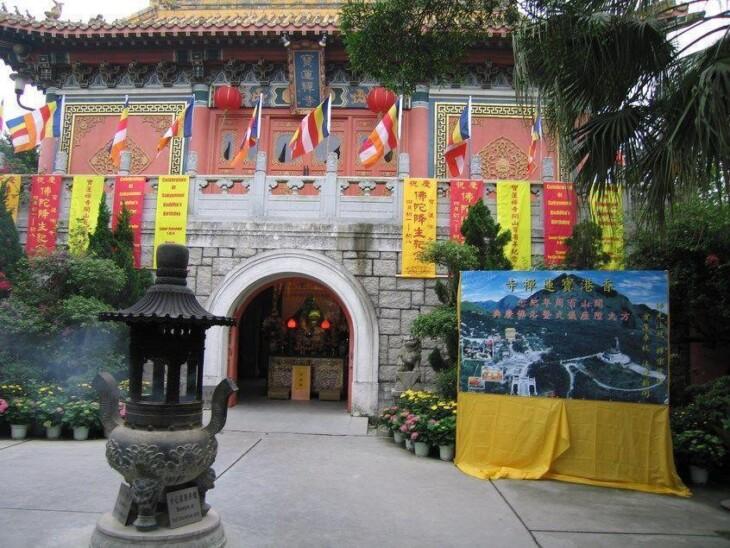 O mosteiro Po Lin, em Hong Kong. Imagem: Wikimedia Commons.