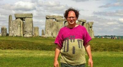 15 fotos que viralizaram do homem que tricota suéteres de lugares e se fotografa neles