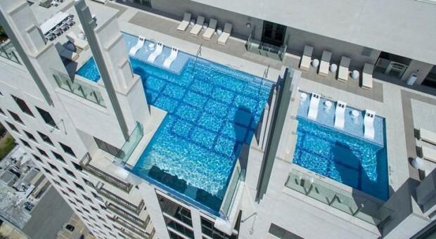 Conheça a piscina com fundo transparente localizada a 152 metros de altura