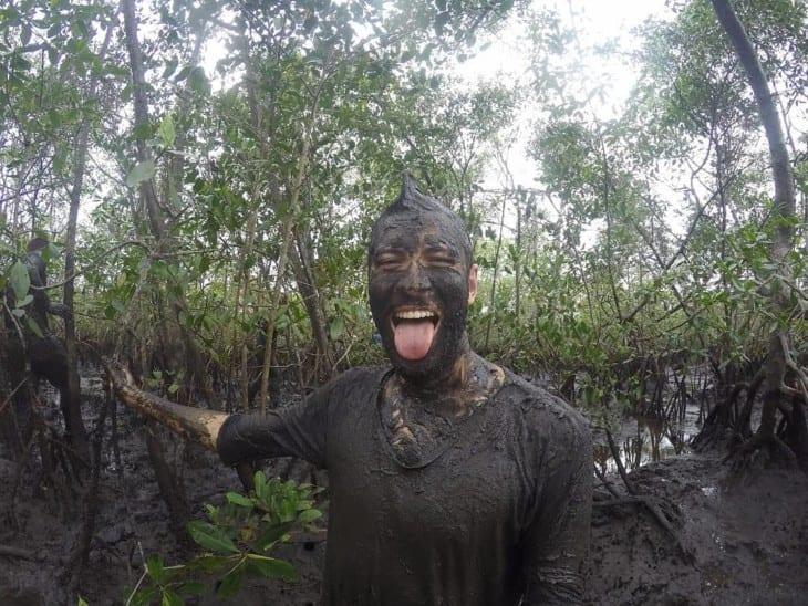 Homem coberto de lama