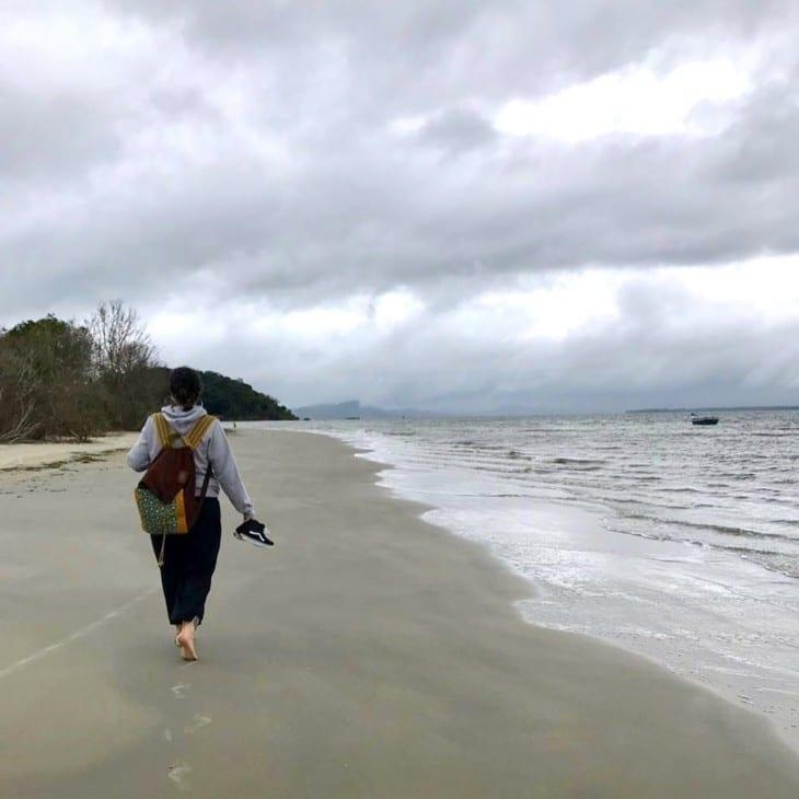Mulher passeando pela praia