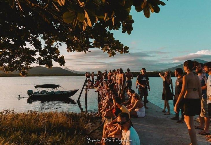 Grupo observa o pôr do Sol