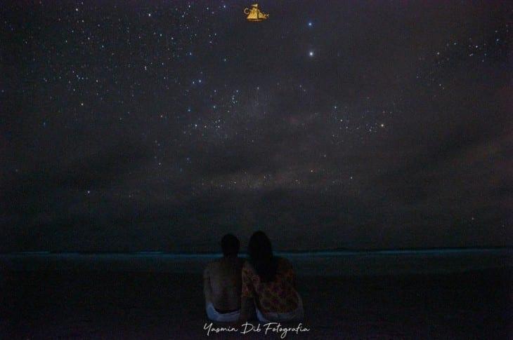 Casal observa as estrelas