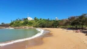 Praia dos Padres: atração capixaba com bela natureza e histórias curiosas