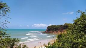 Conheça a Praia do Madeiro, uma das praias mais bonitas do Brasil